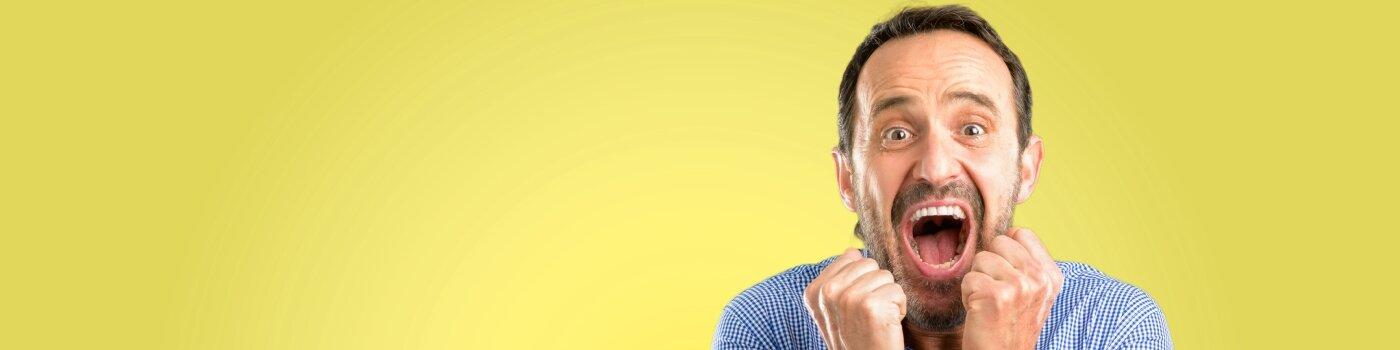 Hombre feliz con fondo amarillo