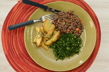 Carne moída com cenoura e vagem + Batata rústica com alecrim + Couve refogada