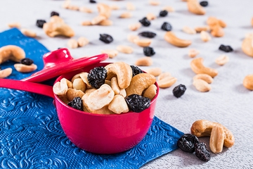 Castanha de caju, amendoim e uva passa