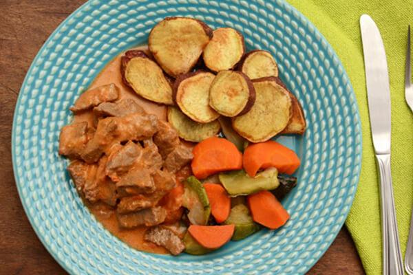 Estrogonofe de carne + Batata doce ao forno + Mix de legumes assados