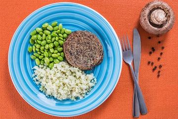 Hambúrguer de portobello e batata + Edamame + Arroz de couve-flor