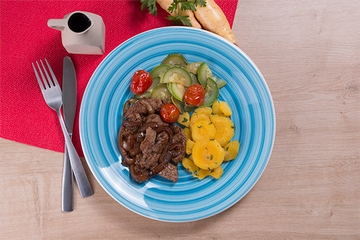 Iscas de filé mignon + Mandioquinha com salsa + Abobrinha com tomate