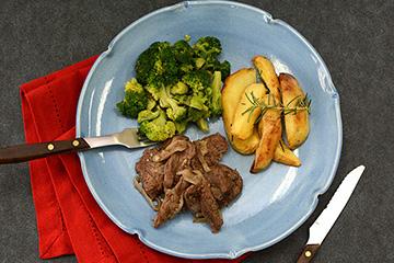 Iscas de filé mignon acebolado + Batata rústica com alecrim + Brócolis no vapor