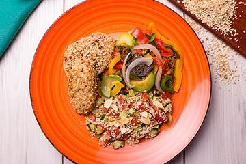 Frango com crosta de castanha de caju + Salada de quinoa + Ratatouille