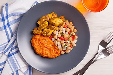 Frango ao molho de curry e cúrcuma + Grão de bico + Purê de cenoura e gengibre