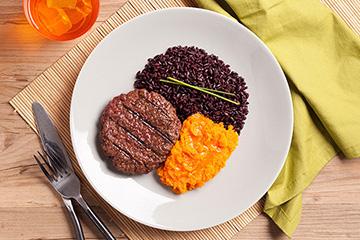 Hambúrguer de fraldinha + Arroz negro + Purê de cenoura e gengibre