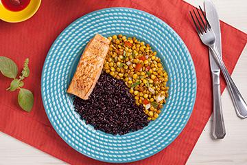 Posta de salmão assado + Arroz negro + Lentilha mediterrânea