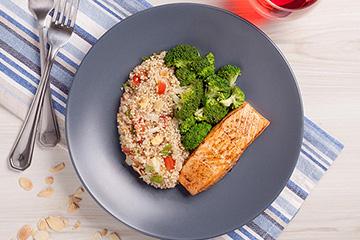 Posta de salmão assado + Salada de quinoa + Brócolis no vapor