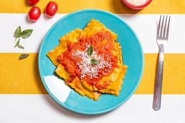 Ravioli de açafrão recheado de carne + Molho de tomate
