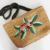 bolsa de palha com flores ornamentada