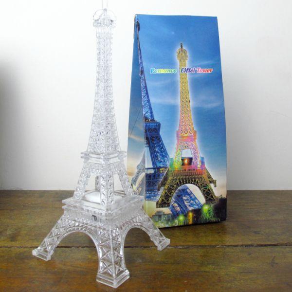 Luminária Torre Eiffel com luzes coloridas