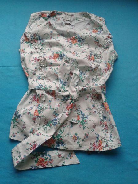 Blusa estampada com babado e cinto em tecido