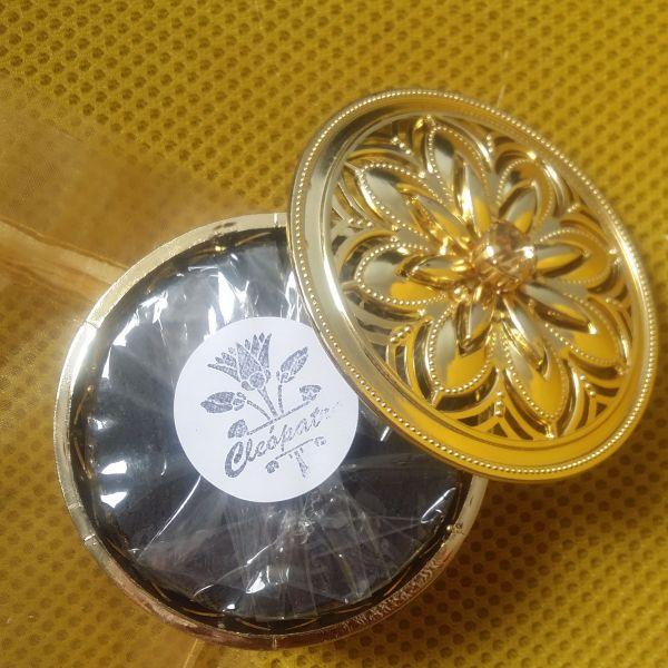 Embalagem dourada com sabonete