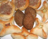 Mini esfihas de carne, queijo, escarola e chancliche