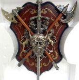 Escudo Medieval Com Brasão E Espada - 45 X 32 Cm
