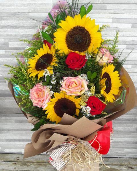 Buque Girassóis com Rosas coloridas