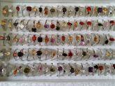 Caixa com 100 anéis nas cores pratas com pedras zircônias
