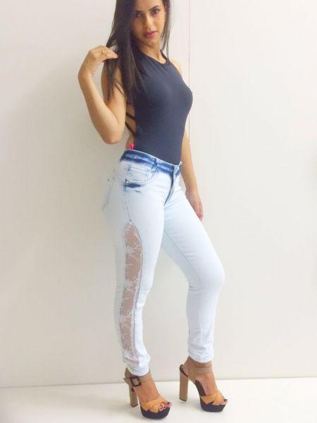 12ea68bbf Calça jeans feminina com detalhes de renda - Loja de Store Moda Feminina