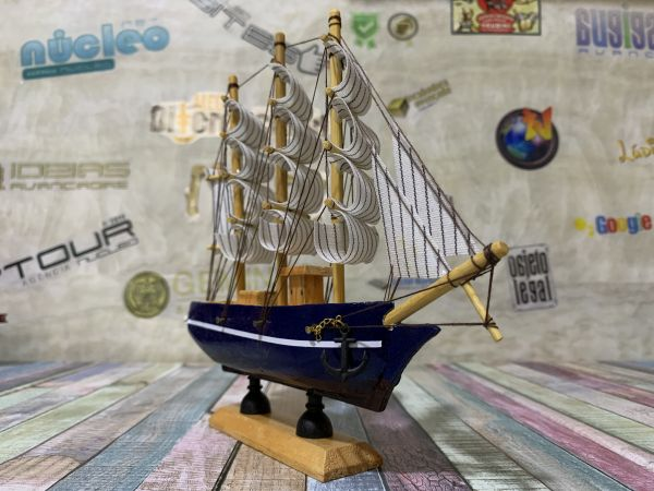 Navio a Vela de Madeira Caravelas Embarcação Azul 20cm