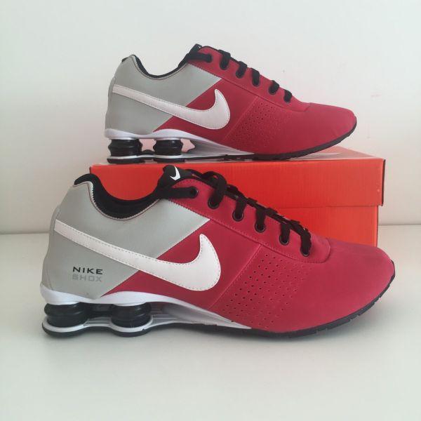 b435636b107 Tênis Nike Shox Deliver Vermelho c  Cinza - Outlet Ser Chic