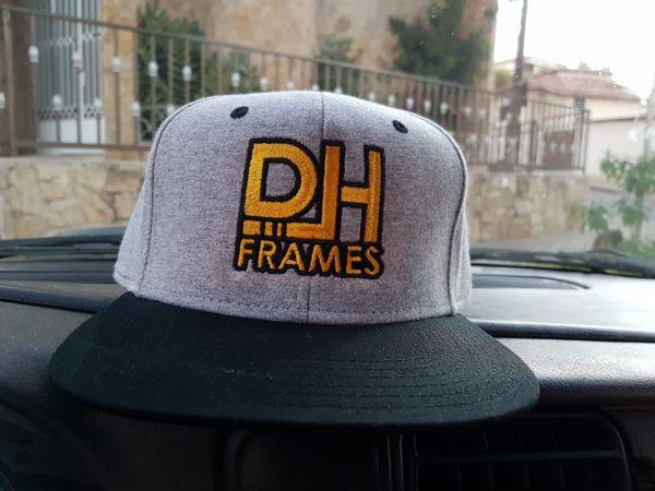 Boné DH Frames Bordado em Moletom Aba Reta Ajustável