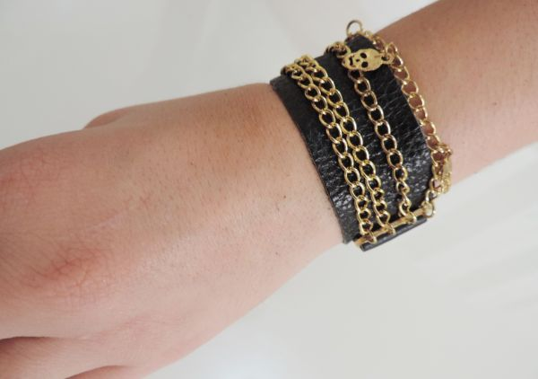 bracelete couro e correntes skulls preto