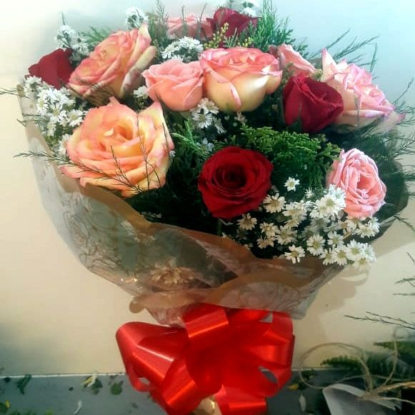Buque 12 rosas coloridas