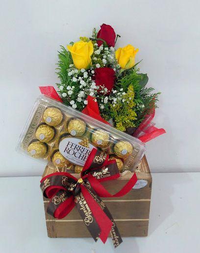 Arranjo De Rosas Amarelas E Vermelhas Com Ferrero Rocher Garden