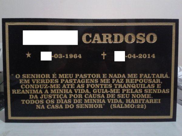 Placa em granito preto 30x50 com nome, datas e texto