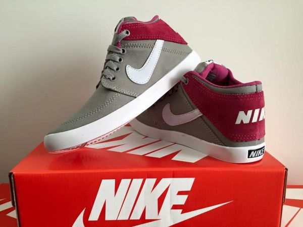 ... Botinha Nike Cinza c Logo Branco - Outlet Ser Chic e5f781afb205bd ... 1e211c904e212