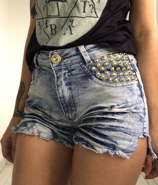 Short jeans com rebites