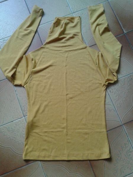 Blusa em malha creme, gola longa e manga longa
