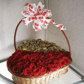 Cesta Coração com 40 rosas e 20 bombons