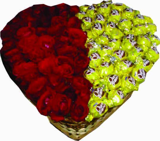 Coração com 60 rosas e 30 bombons