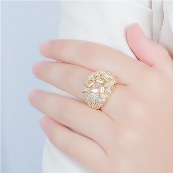 Anel Folheado Ouro 18K com Micro Zircônia e Detalhes de Zircônia Baguete Cristal