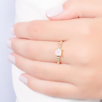 Anel Folheado Ouro 18K com Cristal Rosa Leitoso Quadrado