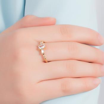 Anel Folheado Ouro 18K com Zircônia Retangular Cristal e Micro Zircônia Cristal