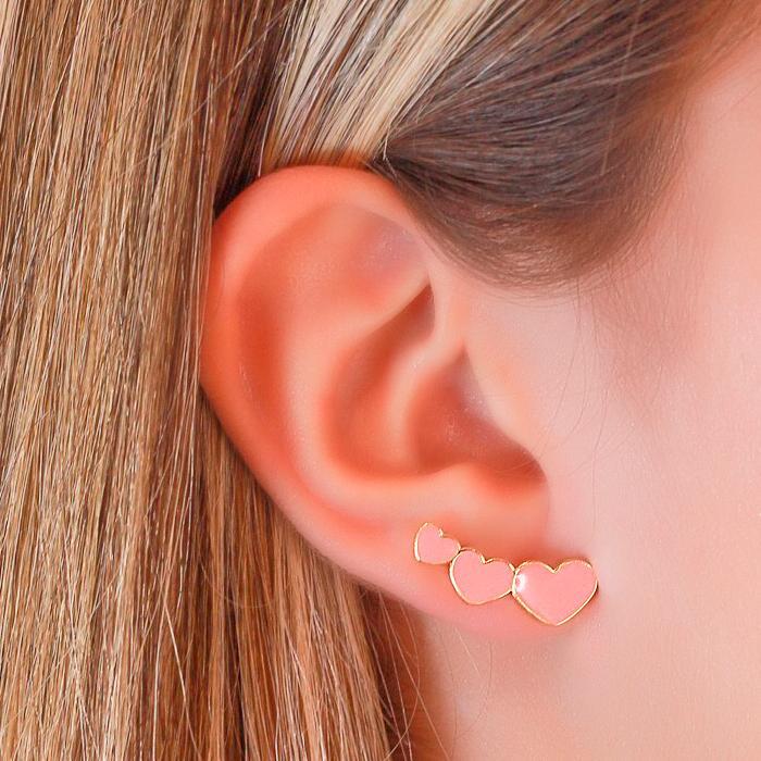 Brinco Ear Cuff Folheado Ouro 18K com Três Corações Resina Rosa