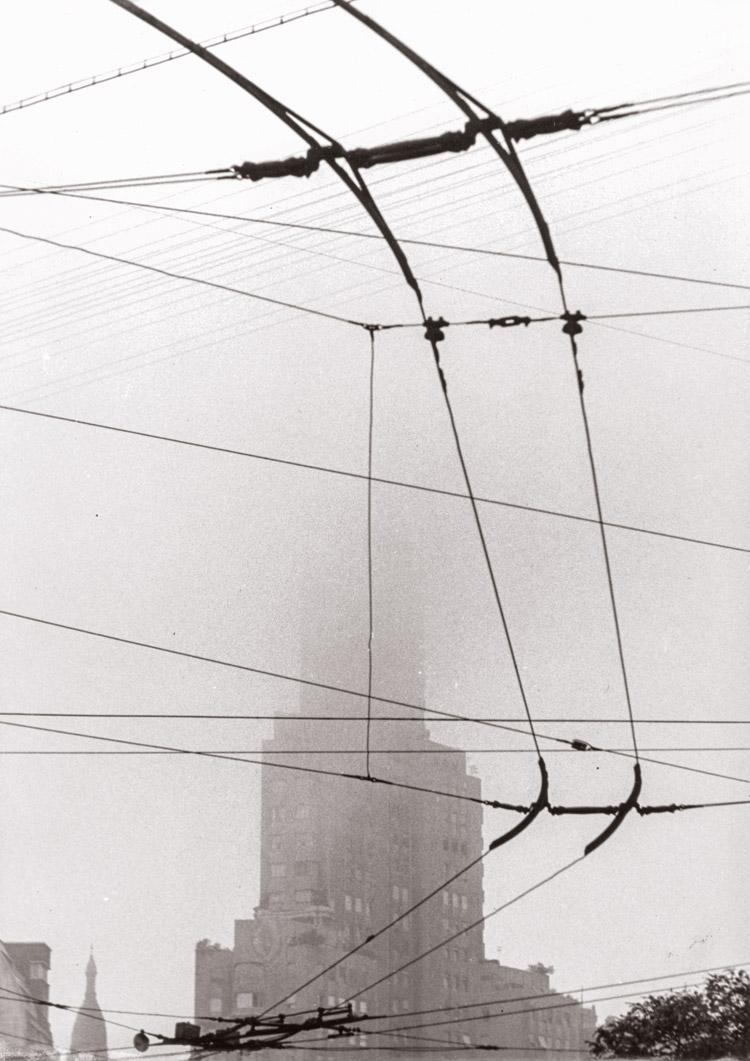 Sameer Makarius. Edificio Kavanagh y cables de medios de transporte, ca. 1959.