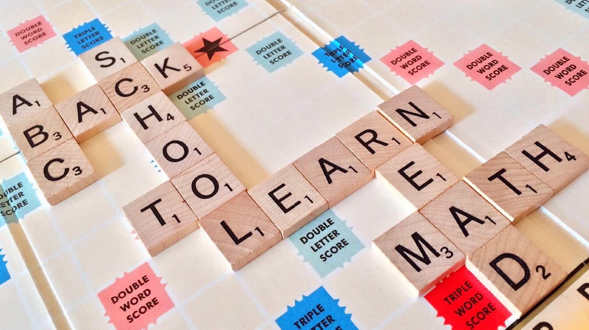 imagem ilustrativa de um jogo no qual várias peças com letras formam palavras.