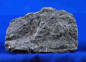 Basalto, uma rocha magmática extrusiva.