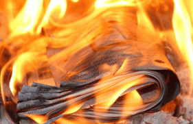 Jornal em chamas.