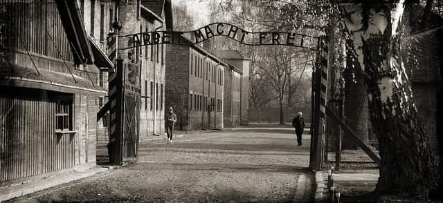 Portão de entrada de Auschwitz, maior campo de concentração nazista, localizado na Polônia.