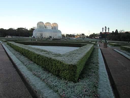 Geada cobrindo o Jardim Botânico de Curitiba, cidade localizada na região de predominância do Clima Subtropical