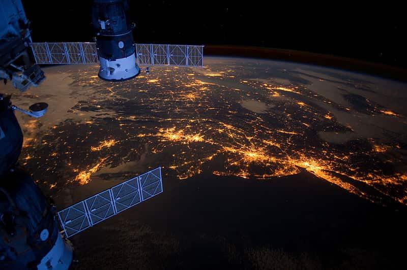 BosWash, vista à noite de uma estação espacial.