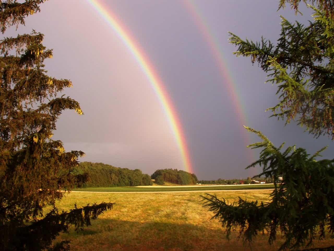 A imagem acima mostra a formação de um arco-íris secundário.