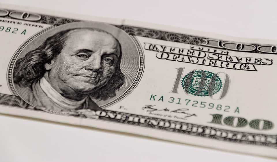 Nota de cem dólares com o rosto de Benjamin Franklin.