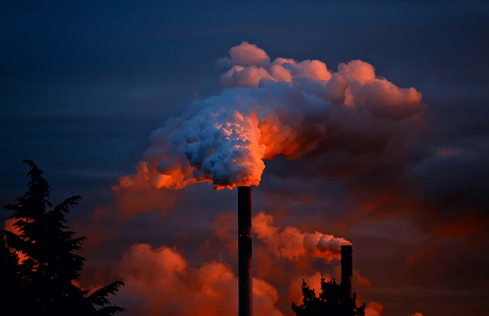 a poluição advinda das fábricas contribuem diretamente com diversos problemas ambientais como chuva ácida, inversão térmica, rarefação na camada de Ozônio, entre outros.