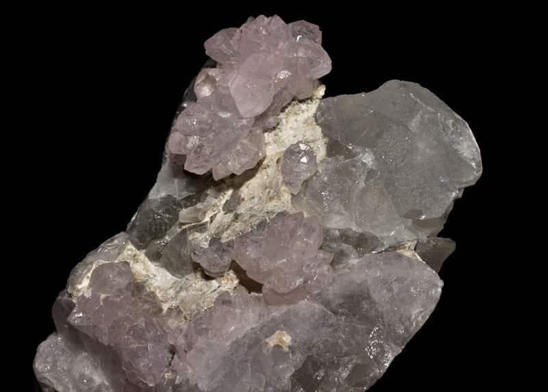 Quartzo, exemplo de rocha metamórfica de alta resistência.