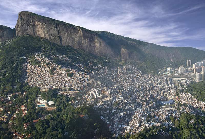 Favela da Rocinha, considerada a maior favela do Brasil. Se a Rocinha fosse uma cidade, ela seria maior que 92% dos municípios brasileiros.